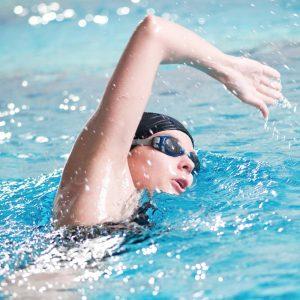 Uczestnik kursu pływania dla dorosłych na basenie