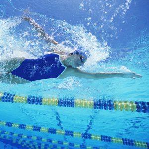 Dziecko podczas doskonalenia techniki pływackiej